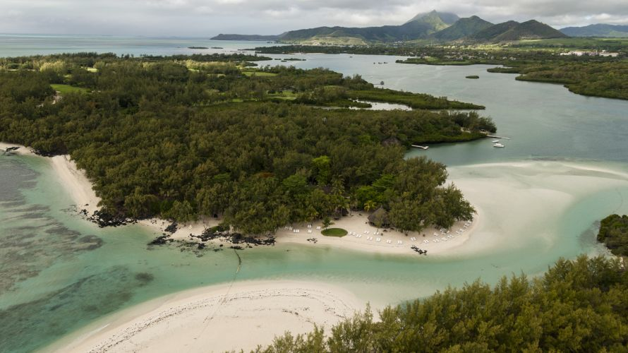 The numerous beaches on the Ile aux Cerfs make different activities possible